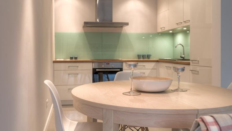 backsplash glass panels in the kitchen interior design