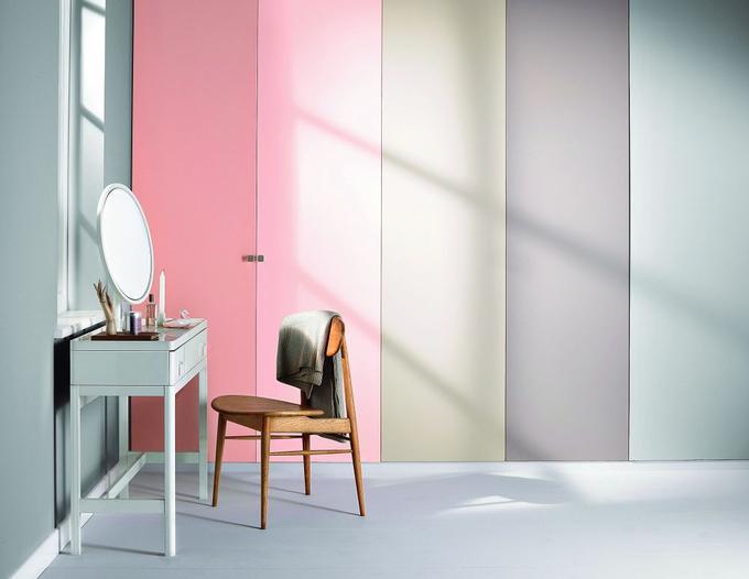 różowe-dodatki-w-nowoczesej-kuchni Kolor vs czerń i biel w wystroju nowoczesnego wnętrza