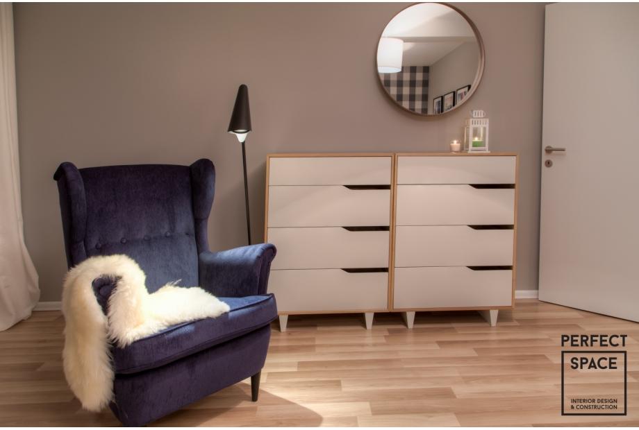 perfectspace-aranzacja-wnetrza-sypialni-ze-stylowym-fotelem-w-kolorowym-obiciu