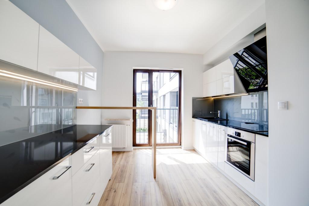 perfectspace-wnetrze-kuchni-wykonczone-z-wykorzystaniem-blatow-i-frontow-szafek-z-polyskiem