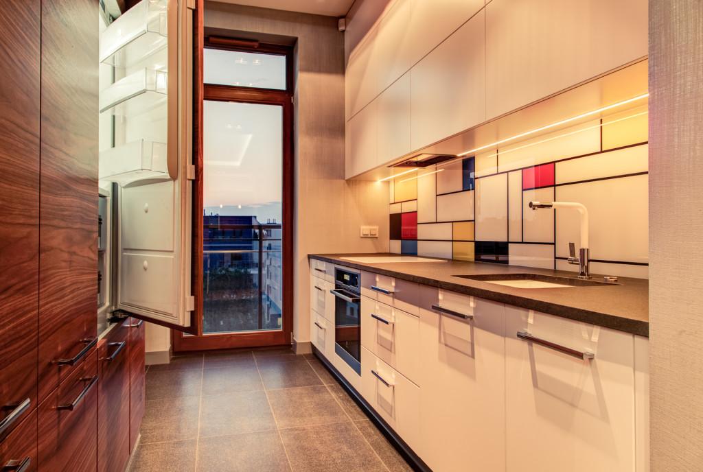 perfectspace-wnetrze-kuchni-z-oryginalnym-backsplashem-i-drewniana-zabudowa
