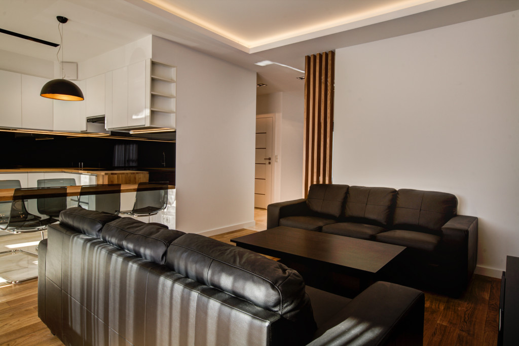 perfectspace-aranzacja-wnetrza-z-drewnianymi-elementami-w-kuchni-salonie-i-przedpokoju