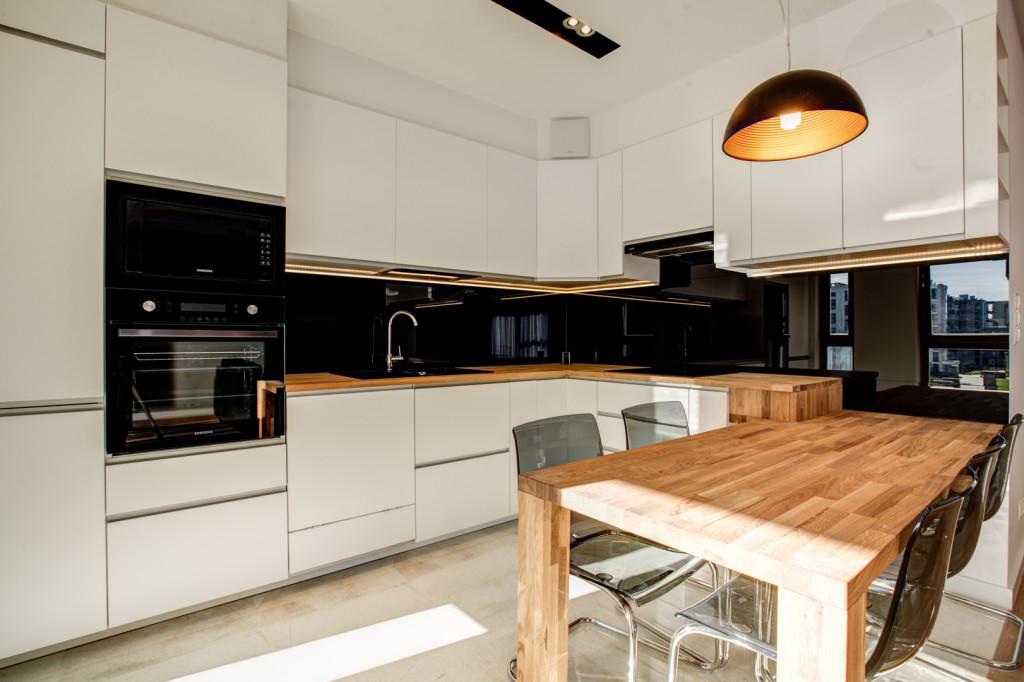 perfectspace-aranzacja-wnetrza-kuchni-z-drewnianym-blatem-kuchennym-oraz-stolem