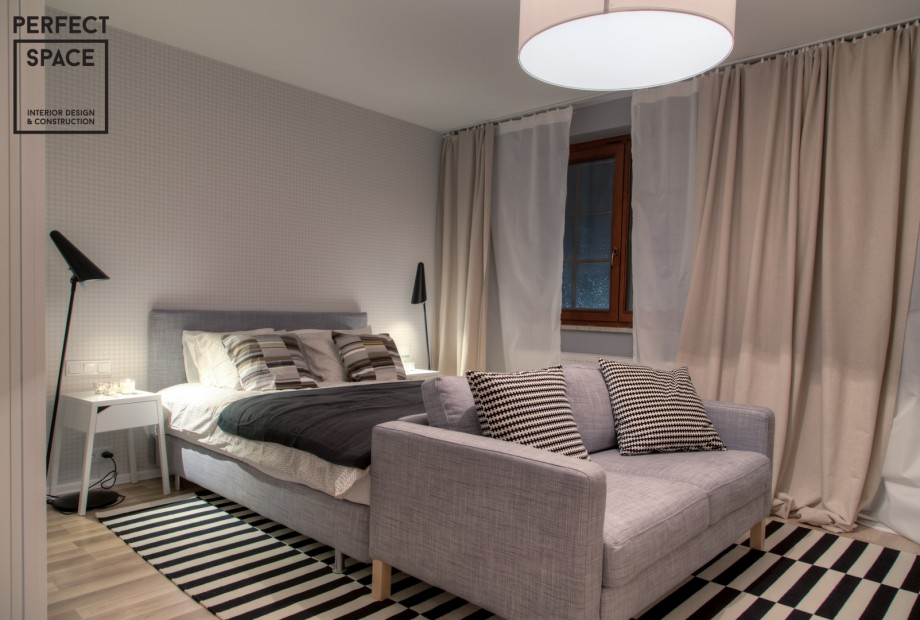 perfectspace-przytulna-arnzacja-sypialni-z-mnostwem-tekstyliow-zaslony-poduszki-pledy-dywan