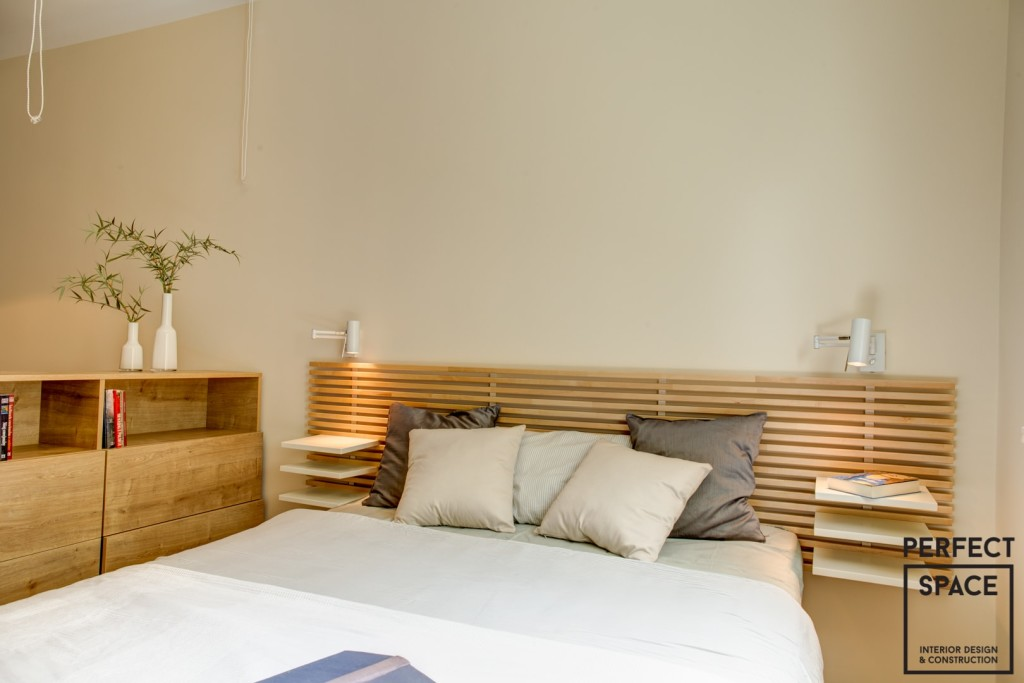 perfectspace-aranzacja-sypialni-z-uzyciem-drewnianych-elementow-w-postaci-ramy-lozka-i-paneli-scciannnych