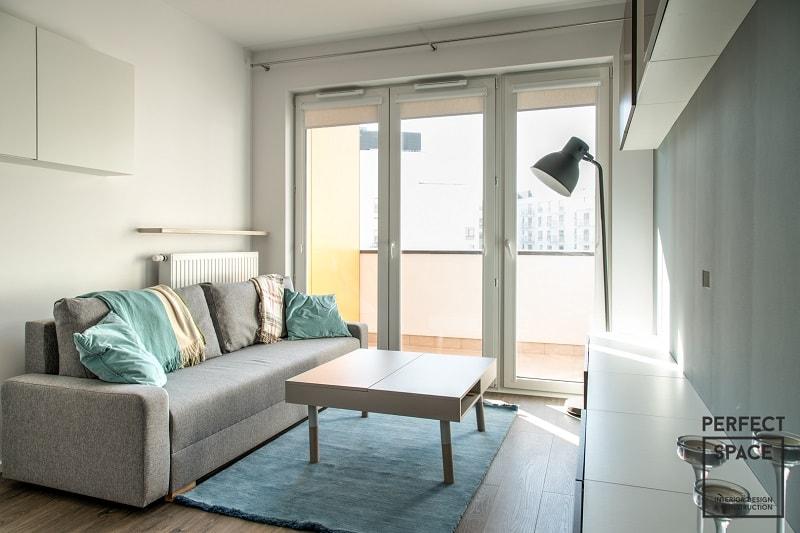 okna-z-wywietrznikami-zapewniaja-naturalna-wentylacje-pomieszczenia-a-sowim-wygladem-nawiazuja-do-aranzacji-wnetrza