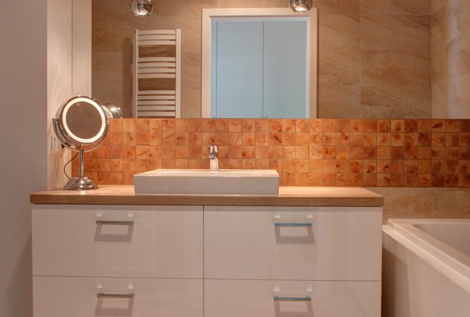 Klasyczny biały grzejnik w aranżacji łazienki