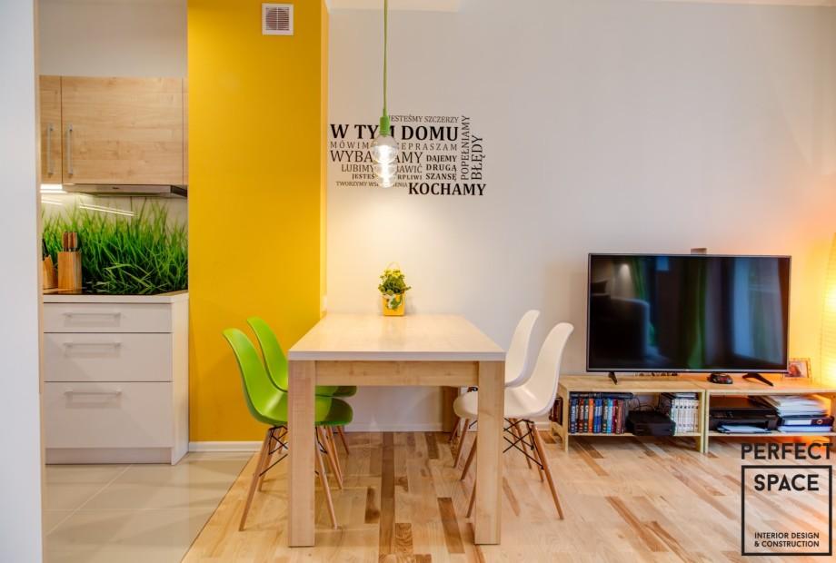 Ten sam model krzeseł ale w różnym kolorze to sprawdzone rozwiązanie według architekta wnętrz