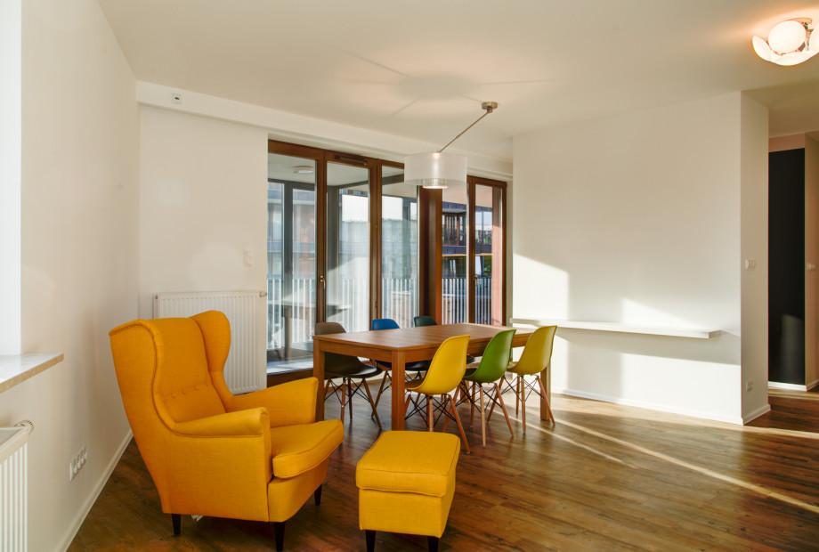 Architekt wnętrz radzi: krzesło o skomplikowanej, nietypowej formie dobrze jest zestawić z prostym stołem