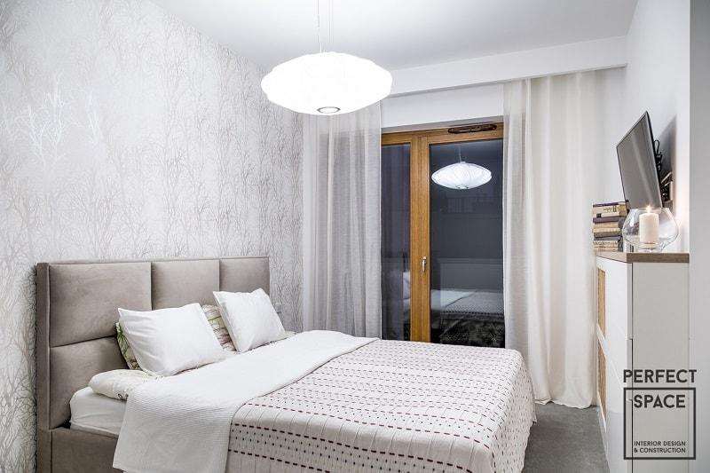 Wykańczając wnętrze sypialni warto zadbać o odpowiednią osłonę okien, w trosce o komfort użytkowników