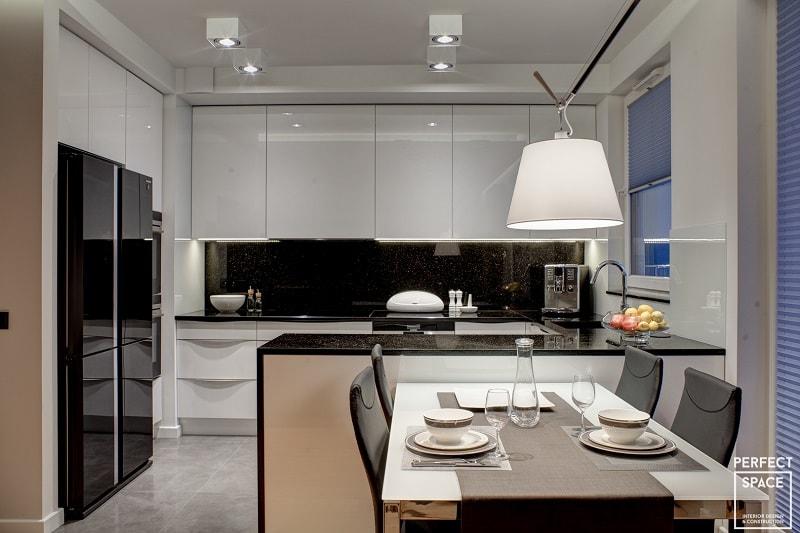 Wnętrze kuchni wykończone w wysokim standradzie z meblami na wysoki połysk