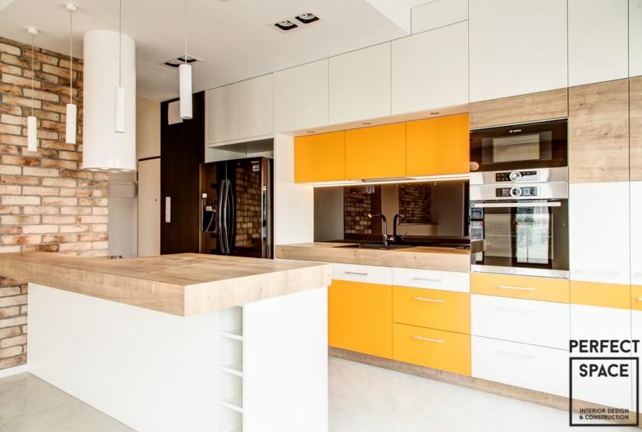 Wykończone wnętrze kuchni rodzinnej, z wieloma stanowiskami do gotowania