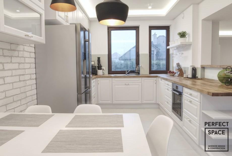 Wykończone wnętrze kuchni z przeznaczeniem dla dużej rodziny