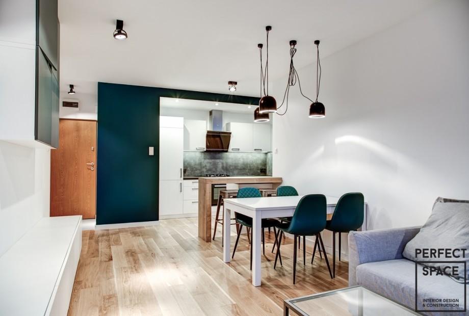 Wykończone wnętrze kuchni z salonem, otwarta przestrzeń sprzyja roddzinnym i przyjacielskim spotkaniom