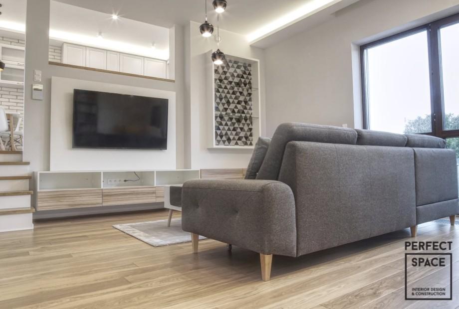 Aranżacja-wnętrza-salonu-z-elementami-drewna Odpukać w niemalowane: drewno w aranżacji wnętrz