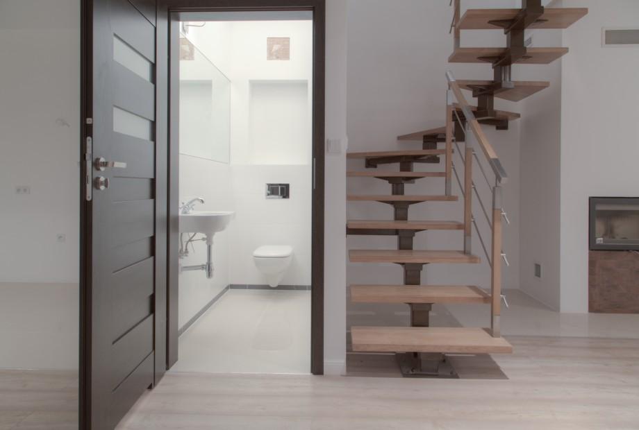 Niezwykle interesująco prezentują się aranżacje wnętrz ze schodami, które powstały poprzez połączenie drewna i stali