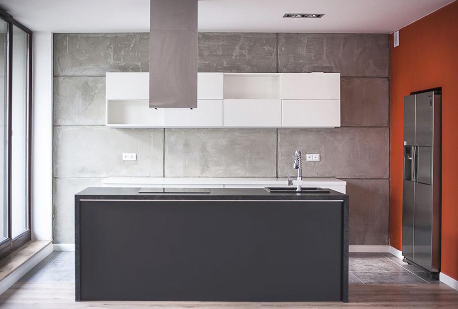 Wnętrze-kuchni-wykończone-z-wykorzystaniem-betonowych-płyt1 Rządził w PZPN, dziś robi to w mieszkaniu. Beton w wykańczaniu wnętrz