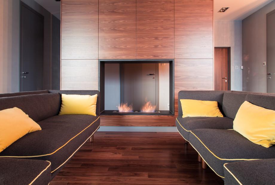 Wykończone-wnętrze-mieszkania-z-wykorzystaniem-naturalnego-drewna-orzech-amerykański-na-podłodze Wykańczanie wnętrz: drewnianą podłogę lepiej lakierować czy olejować?