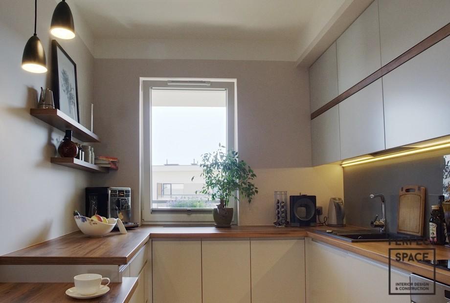 Drewniany-blat-kuchenny-wedlug-architekta-wnetrz-dobrze-sie-prezentuje-ale-jest-malo-odporny-na-uszkodzenia Architekt wnętrz radzi: jaki materiał na blat kuchenny wybrać?