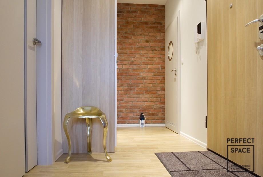 Drzwi-do-garderoby-i-salonu-w-tym-samym-stylu-we-wnetrzu-wykonczonym-w-minimalistycznym-stylu Wykańczanie wnętrz: jak właściwie dobrać drzwi?