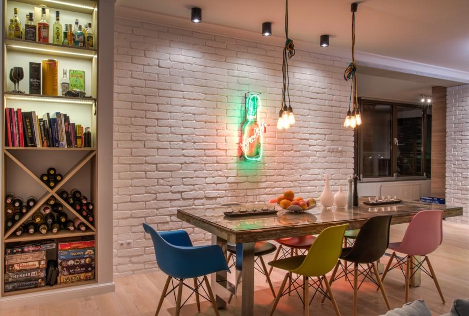 Aranzacja-wnetrza-salonu-z-prostokatnym-stolem-w-kolorze-drewna Podano to stołu, czyli stół w aranżacji wnętrz