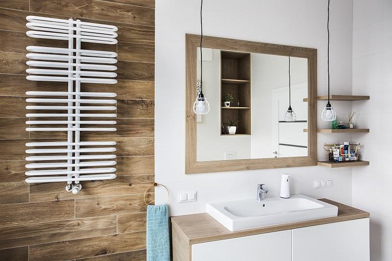 Wykonczenie-lazienki-z-elemenatmi-z-drewna Czy wykończenie łazienki drewnem ma sens?