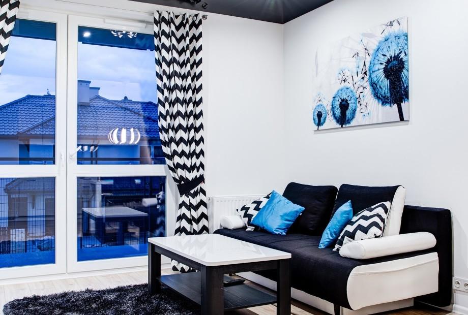Aranzacja-wnetrza-w-nowoczesnym-stylu-z-niebieskimi-i-czarnymi-akcentami Projektant wnętrz radzi: łączenie wzorów i kolorów w aranżacji wnętrz