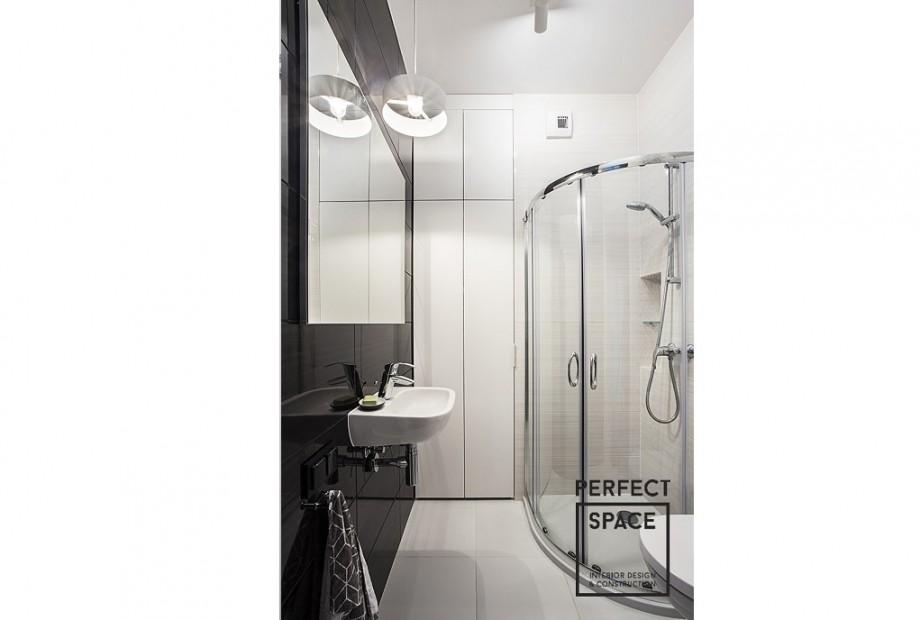 Aranzacja-lazienki-oswietlenie-sufitowe-i-wokol-lustra-1024x657 Projektant wnętrz radzi - oświetlenie w aranżacji łazienki