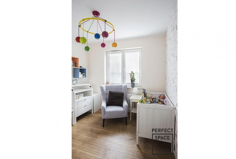 Urzadzone-wnetrze-pokoju-dziecego-w-uzyciem-koloru-tapety-oraz-tablicowej-farby-jpg Jak urządzić pokój dla dziecka? 5 najczęstszych błędów