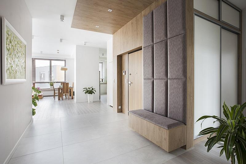 Przedpokoj-z-podloga-z-dwoch-faktu-paneli-drewnianych-i-plytek-heksagonalnych Płytki kontra panele: czym wykończyć podłogę w przedpokoju?