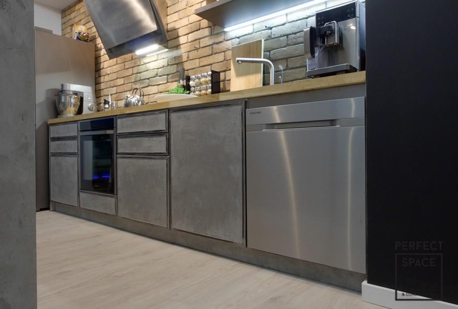 Szafki-kuchenne-z-systemem-szuflad-i-szafek-oraz-przeszklonych-witryn-z-duzymi-uchwytami Wybór szafek kuchennych: na co zwrócić uwagę?