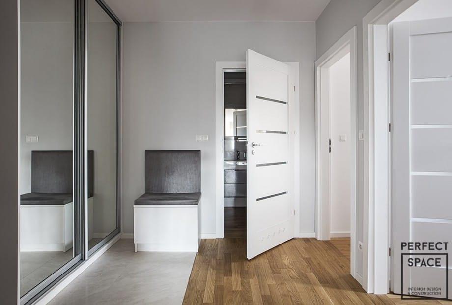 Drzwi-do-lazienki-w-stylu-pokladowym-z-okraglym-okienkiem-i-tunelowymi-kanalami-wentylacyjnymi Drzwi do łazienki: na co zwrócić uwagę?