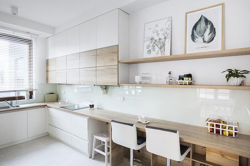 Polka-nad-blatem-kuchennym-to-rowniez-miejsce-na-sztuke-kilka-obrazow-w-ramkach-z-pewnoscia-doda-uroku-kuchni Aranżacja kuchni: czy warto stawiać na otwarte półki?