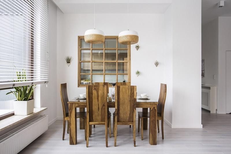Drewniane-krzesla-o-naturalnym-uslojeniu-to-rozwiaznie-do-tradycyjnych-wnetrz Lepiej usiądź: 5 zdumiewających ciekawostek o krzesłach
