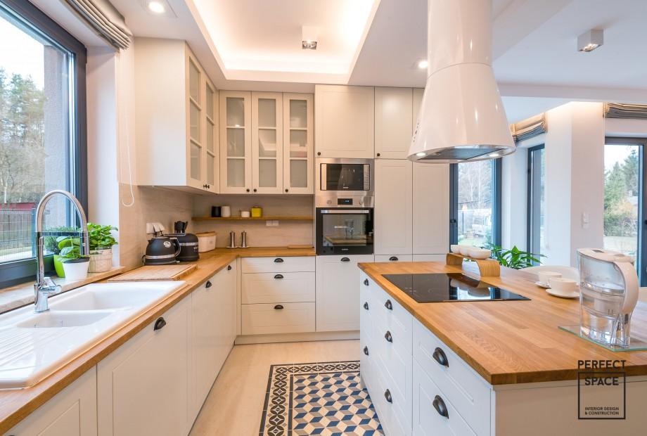 Zlew-w-kuchni-pod-oknem-i-naprzeciw-wyspy-kuchennej-i-plyta-indukcyjna Aranżacja kuchni: gdzie najlepiej umieścić zlew?