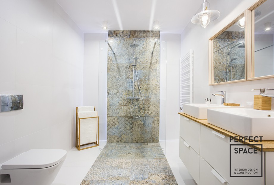 Aranzacja-lazienki-z-prysznicem-biale-plytki-w-kontrascie-z-ciemnymi-plykami-w-miejscu-prysznica Garść inspiracji na aranżację łazienki z prysznicem