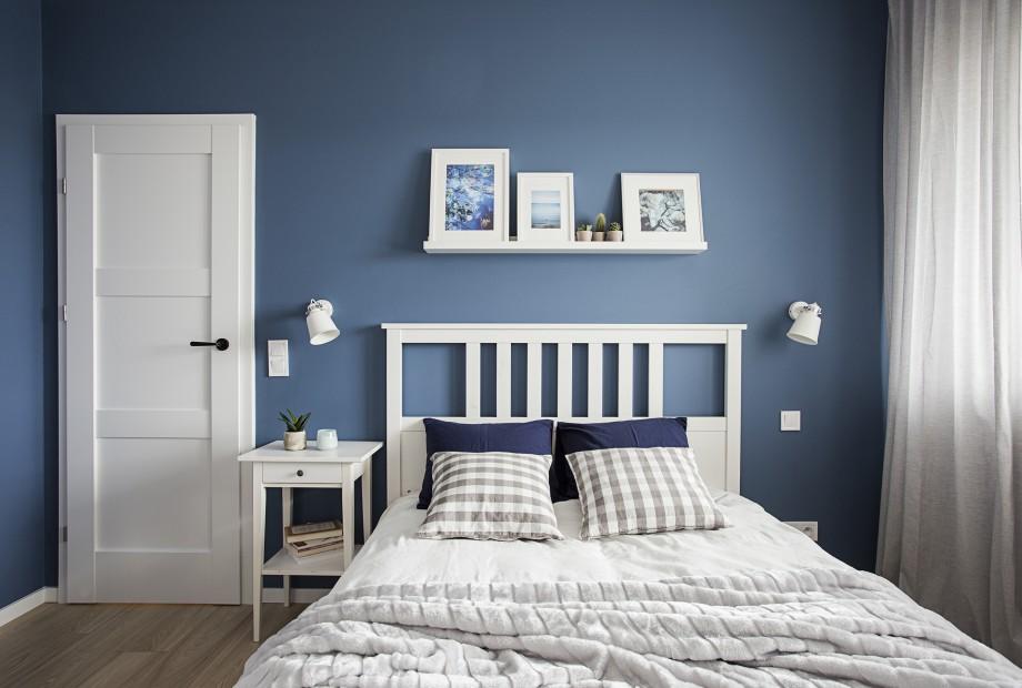Perfect-Space-biala-kuchnia-z-niebieskim-akcentem Czy błękit stanie się drugą szarością? Pomysły na aranżację wnętrz z udziałem niebieskiego